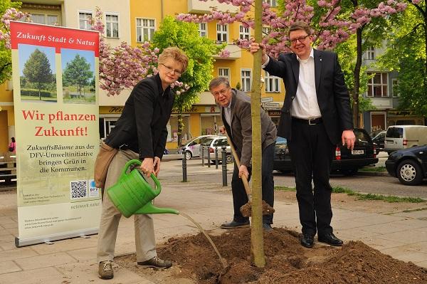 Pflanzung von insgesamt 13 ZukunftsBäumen in Berlin-Neukölln durch den Deutschen Franchise-Verband e. V.
